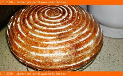 Dlho kysnúci biely kváskový chlieb s cmarom