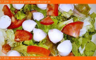Hlávkový šalát s mozerellou a paradajkami