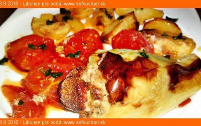 Pečené papriky s dubákovo – mäsovou plnkou na lôžku z pečených paradajok