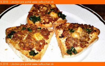 Teplé zapečené chlebíčkys mletým mäsom, jarnou cibuľkou a so syrom