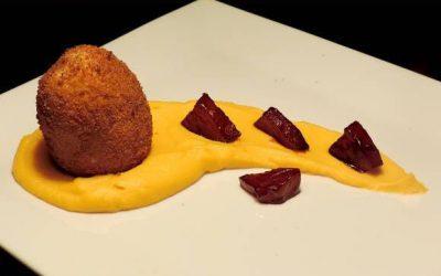 Vyprážaná paprička plnená tromi druhmi syra s batatovým pyré a hruškami glazovanými na čučoriedkovej šťave